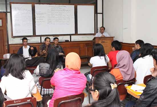 Suasana di ruang kelas - STIE Tri Dharma Widya - 01