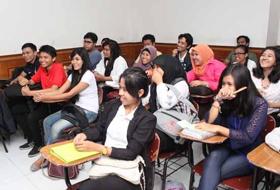 Suasana di ruang kelas - STIE Tri Dharma Widya - 02